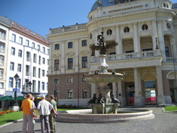 Slowakisches Nationaltheater mit Ganymedbrunnen